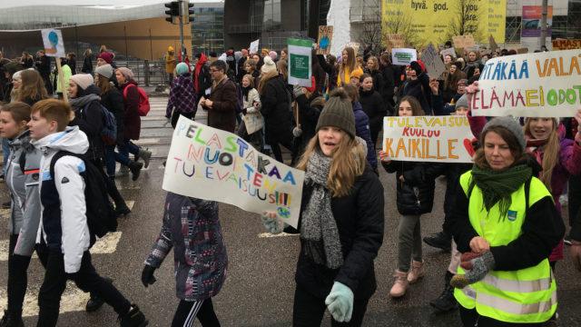 Maailmanlaajuista ilmastolakkoa vietetään 15.3. lähes 30 paikkakunnalla Suomessa. Helsingissä nuorten mielenosoitus kokoontuu Senaatintorille ja marssii Eduskuntatalon edustalle.