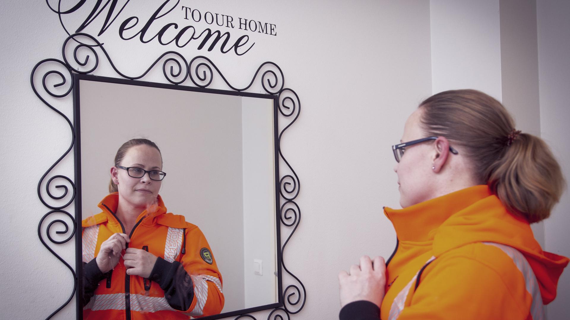 """Kirsi Seger on siivooja, koska pitää työstä. """"Lisäksi minulla on hyvä pomo ja työkaverit."""""""