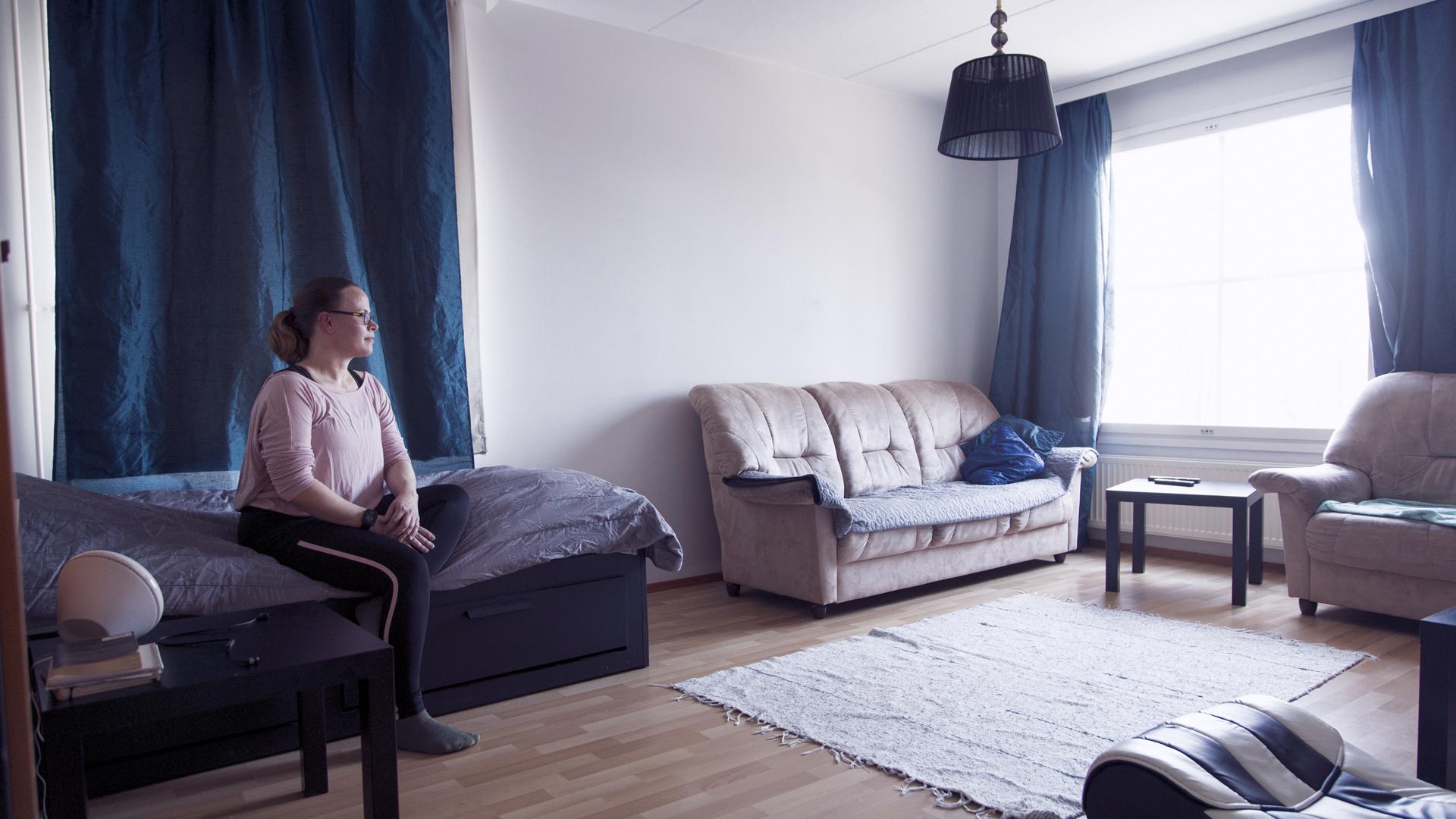 Kirsi Segerin viisihenkinen perhe asuu kaupungin 87 neliöisessä asunnossa, jonka vuokra on yli 1000 euroa kuussa. Kirsi nukkuu olohuoneessa, lapset kolmessa makuuhuoneessa.