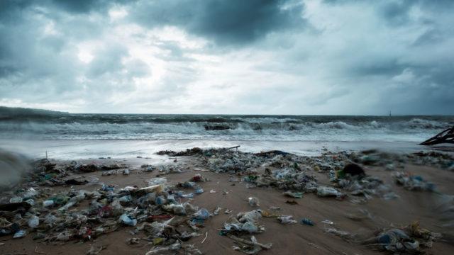 Tämä muovijäte huuhtoo rantoja Balilla. Saarella aiotaan ottaa käyttöön turisteille suunnattu vero muovijäteongelman hanskaamiseksi. Bali on jo aiemmin kieltänyt muovipussit ja mehupillit.