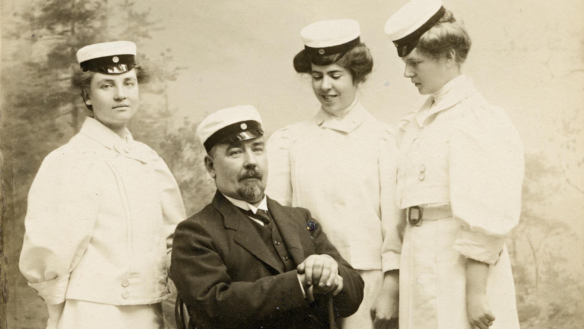 Nils ja Anna Idmanilla oli kolme tytärtä.