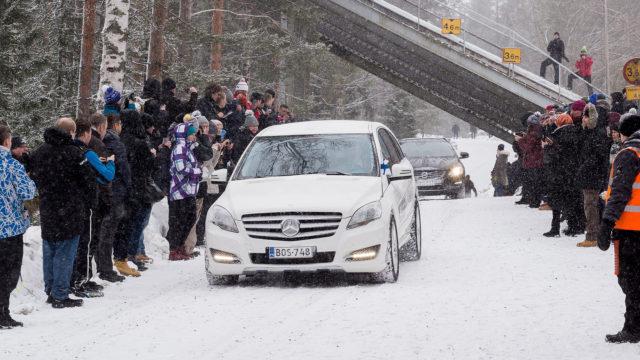 Matti Nykäsen viimeinen matka hautajaissaattueessa kulki Jyväskylän Taulumäen kappelilta Tuomiojärven ympäri Laajavuoreen.