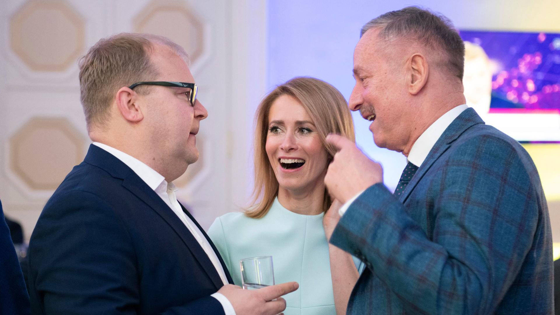 Vaalivoittaja iloitsee Teatteri NO99:ssa. Kaja Kallaksesta on nousemassa 41-vuotiaana Viron ensimmäiseksi naispääministeriksi.