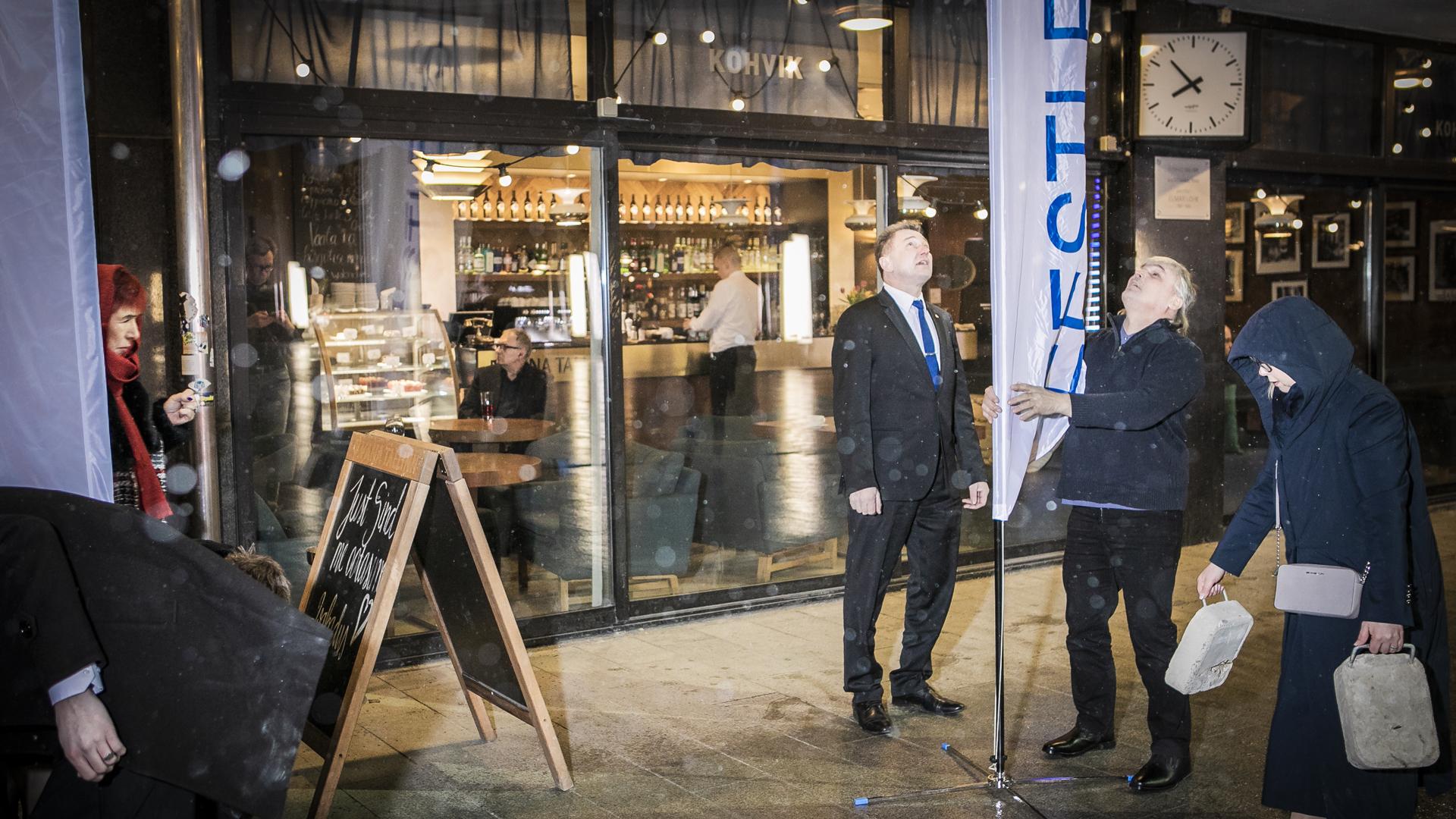EKRE: vaalivalvojaisia valmisteellaan Tallinnan Vapaudenaukion lähellä olevassa ravintolassa sunnuntai-iltana 3. maaliskuuta.