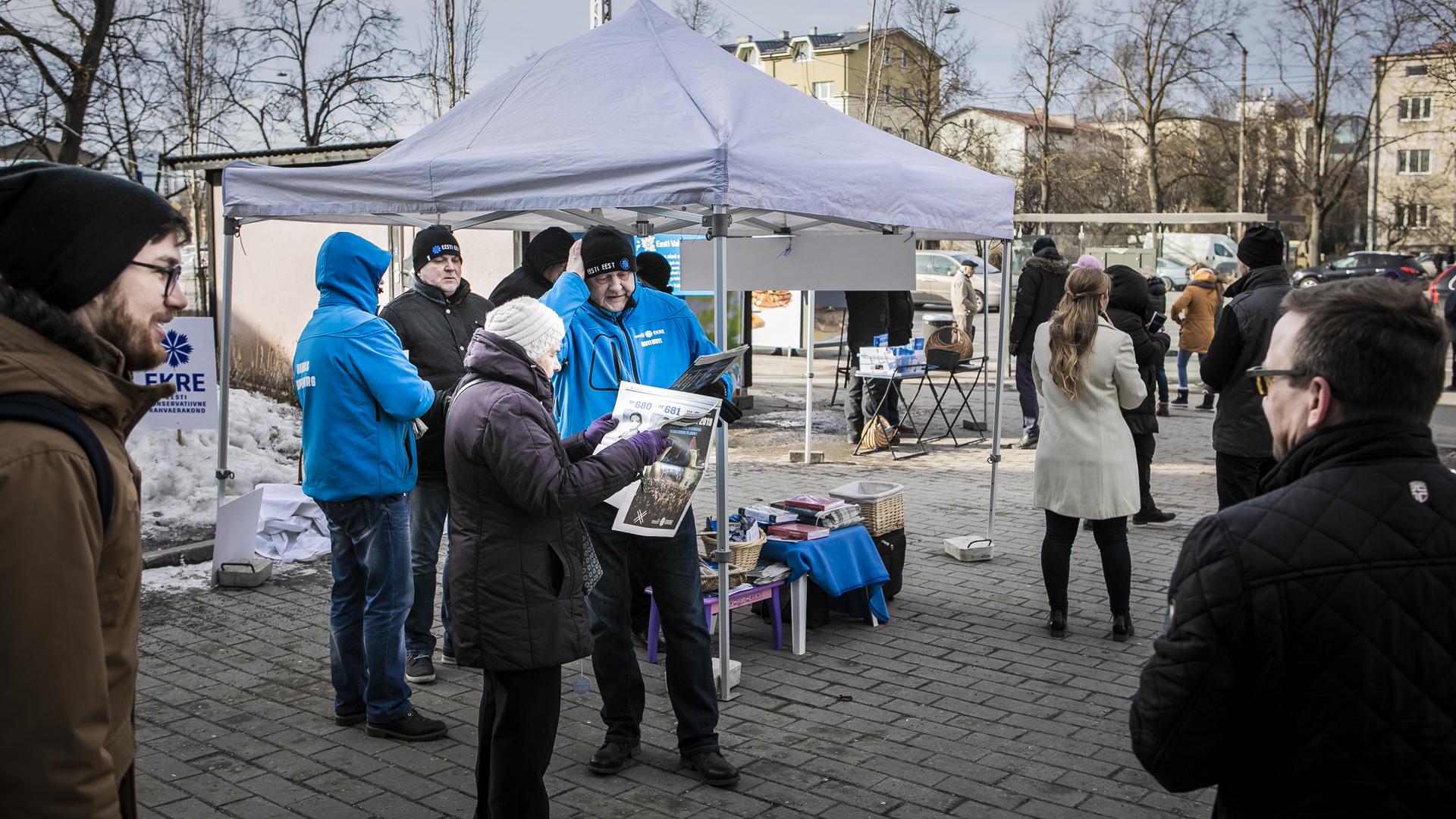 EKRE:n aktiivit kampanjoita tallinnalaisen ostoskeskuse Kristinen edessä lauantaina 2. maaliskuuta.