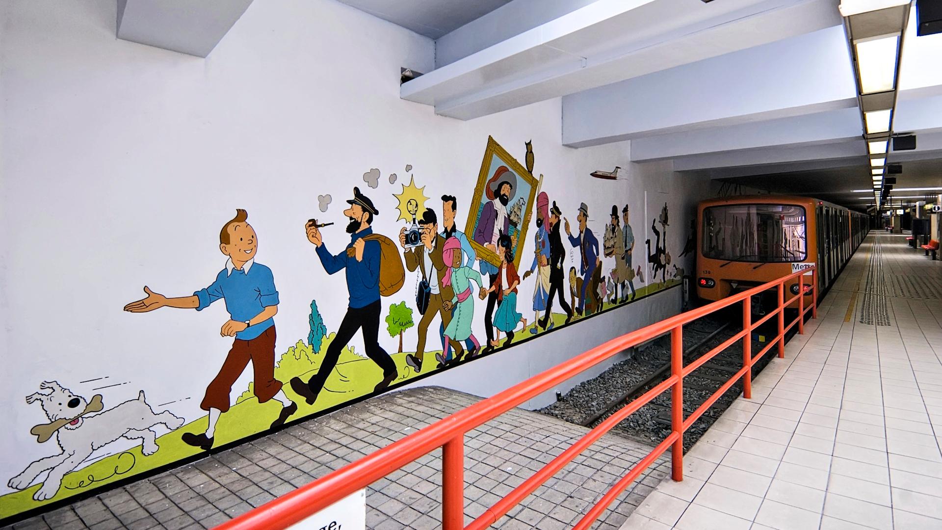 Sarjakuvataiteilija Hergén luoma Tintti metroasemalla