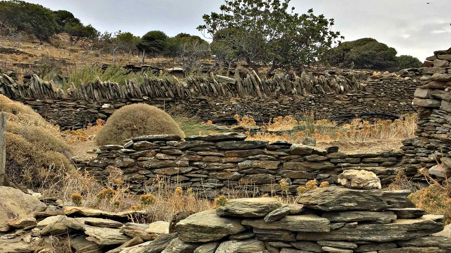 Kivimuurein ympäröidyt vaellusreitit