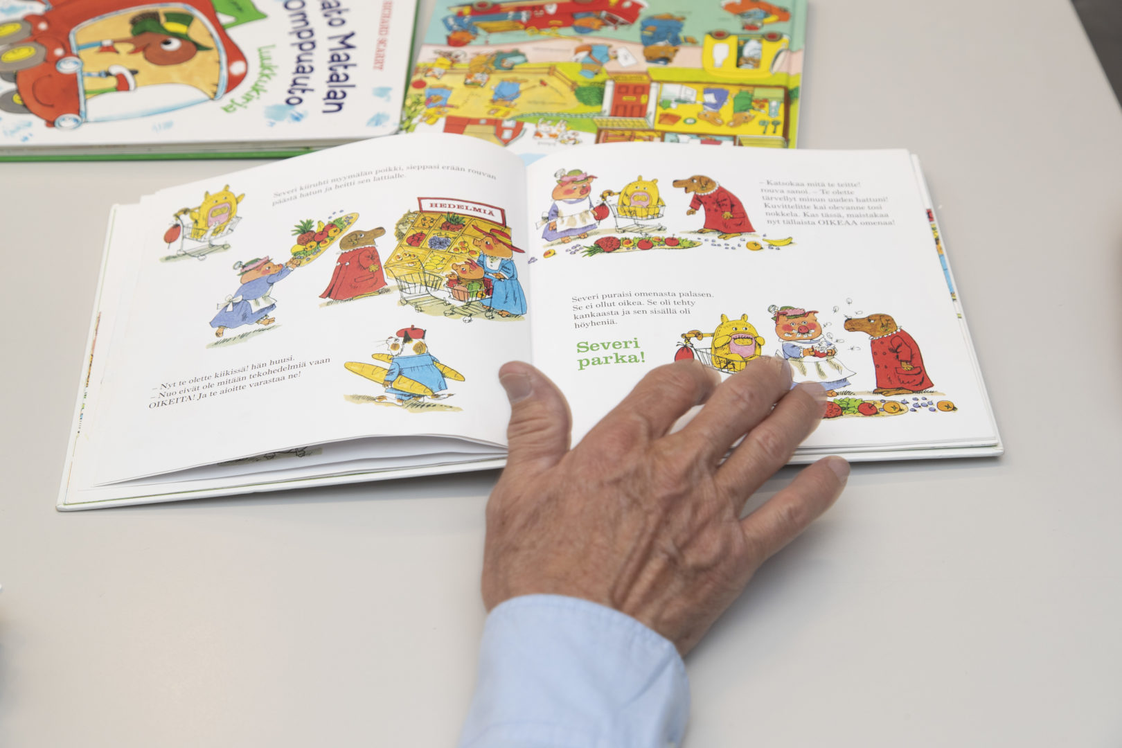 Richard Scarryn piirrokset ovat täynnä vauhtia ja hauskoja tilanteita. Se lienee yksi syy, miksi Scarryn kirjat ovat kestäneet aikaa.