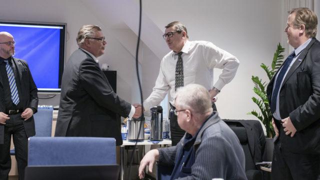 Timo Soini kättelee Raimo Vistbackaa