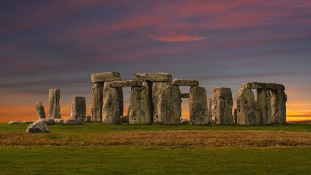 Stonehenge on esihistoriallinen monumentti Englannin Wiltshiressa. Se on megaliiteista koostuva neoliittinen ja pronssikautinen kivikehä.