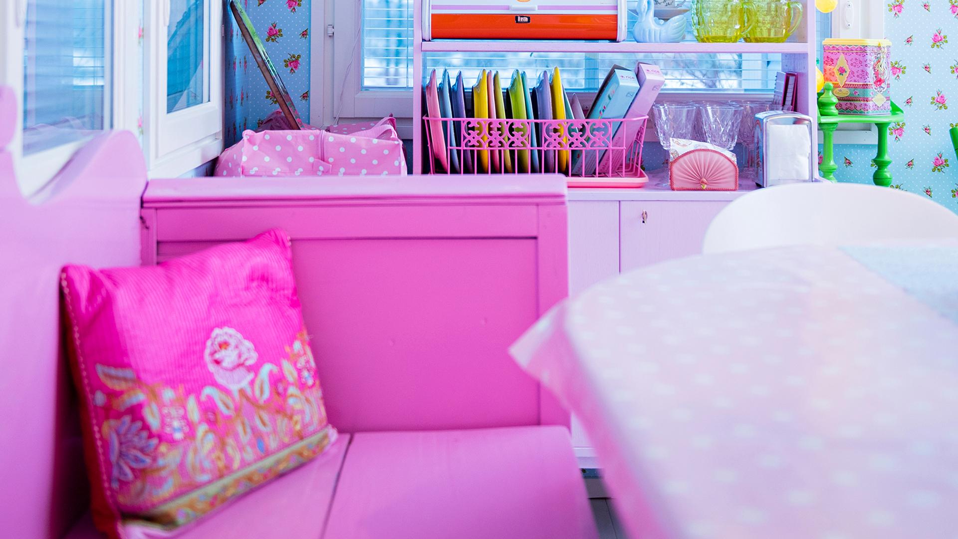 Pinkki puinen sohva