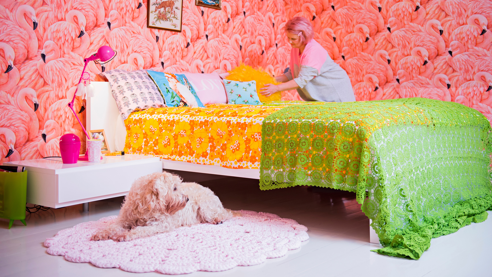 Makuuhuoneen flamingotapetti