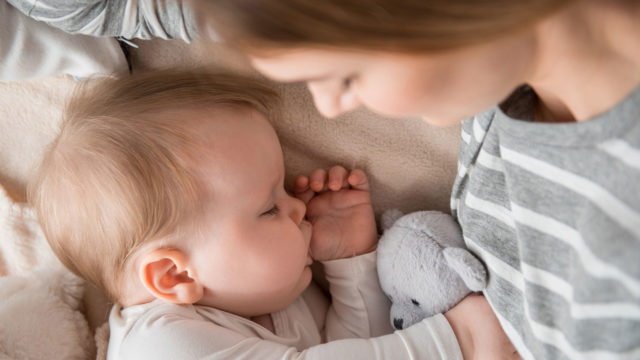 Äidinvaistosta puhutaan, mutta mitä tiede sanoo siitä?