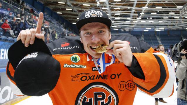HPK:n maalivahti Emil Larmi puree kultamitalia joukkueen mestaruusjuhlissa jääkiekon Liigan 7. loppuottelun Kärpät vs HPK jälkeen Oulussa 4. toukokuuta 2019