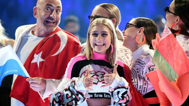 Tämänvuotisten viisuartistien ikähaitarin ääripäät ovat San Marinoa edustava 54-vuotias Serhat ja Valko-Venäjän Zena, joka täyttää syksyllä 17 vuotta. Serhat ja Zena pääsivät jatkoon tiistain semifinaalista, mitä voidaan kummankin kohdalla pitää melkoisena yllätyksenä.