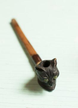 Kissapäinen savukeholkki on yksi Hannele Luukkaisen kissamuseon erikoisimmista esineistä.