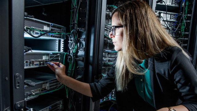 Naisia on tekniikan alan opiskelijoista vain kuudennes, vaikka tytöt menestyvät poikia paremmin luonnontieteissä.