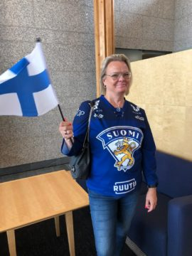 Christa Grönlund lentokentällä odottamassa poikaansa.