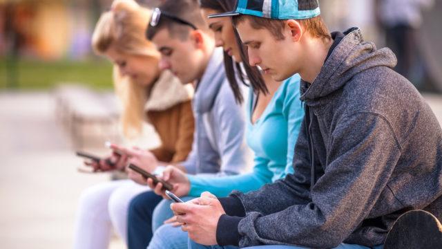 Nuorilla on älypuhelimien vuoksi pääsy nettiin jatkuvasti.
