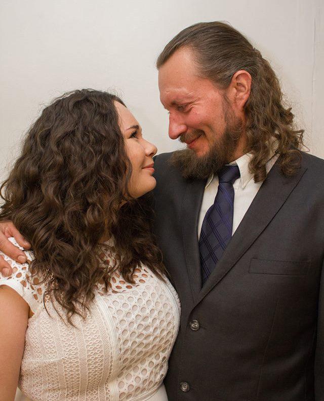 23-vuotias Ella ja 43-vuotias Mikko Hyvärinen menivät naimisiin huhtikuussa.
