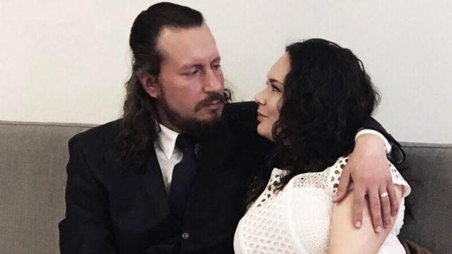 Ella ja Mikko Hyvärisellä on 20 vuotta ikäeroa. Se on kohahduttanut tuntemattomia enemmän kuin pariskunnan läheisiä.