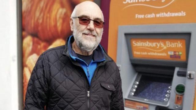 """""""Jos päätämme ylläpitää monarkiaa, niin täytyyhän rahoja sinne myös sijoittaa"""", sanoo Edinburghissa asuva Tony, 73."""