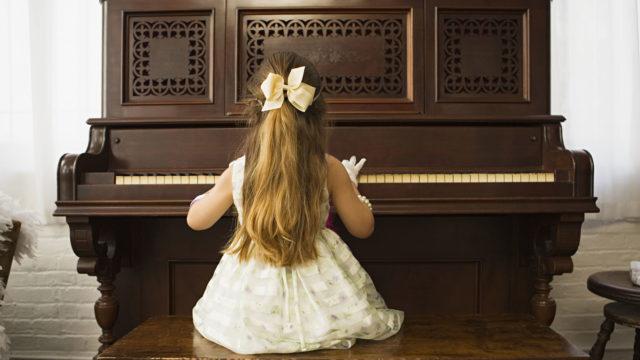 Seksuaalinen hyväksikäyttö alkoi soittotunneilla, joilla opettaja ryhtyi suutelemaan tyttöä.