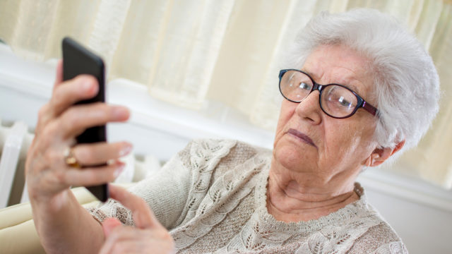 Toinen ikäihminen olisi usein paras opastaja digiasioissa.