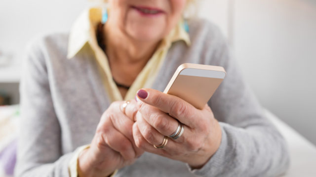 Moni ikäihminen häpeää avunpyytämistä digilaitteiden käytössä.