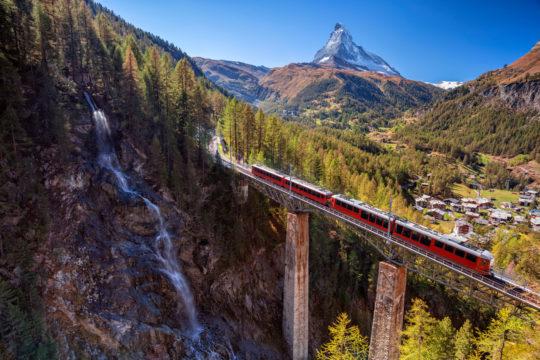 Junilla pääsee huikeisiin maisemiin Euroopassa. Tässä mennään Sveitsin Zermattissa.