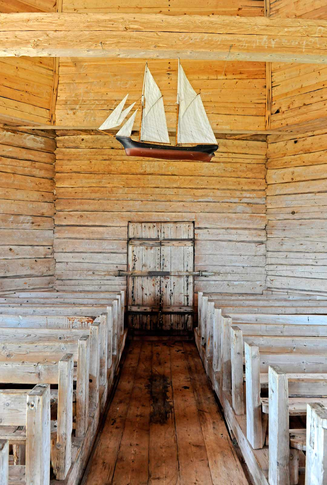 Hirsiseinäinen kirkko