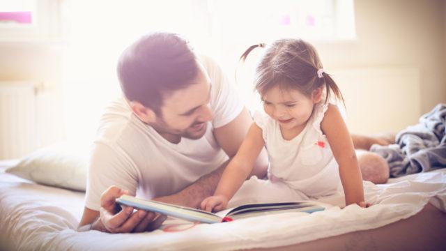 Yhdessä lukeminen lujittaa lapsen ja vanhemman suhdetta ja tekee yhteiselämästä helpompaa.