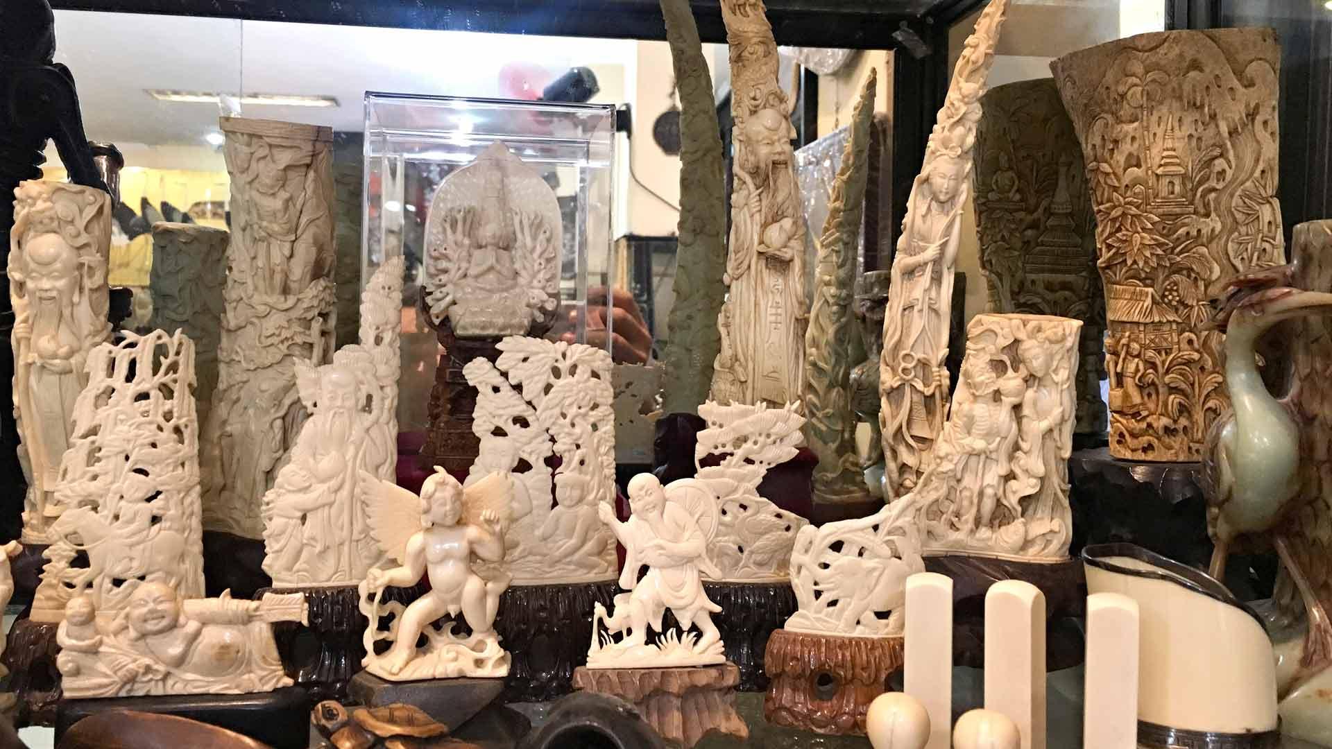 syöksyhampaista että luista valmistettuja koriste-esineitä