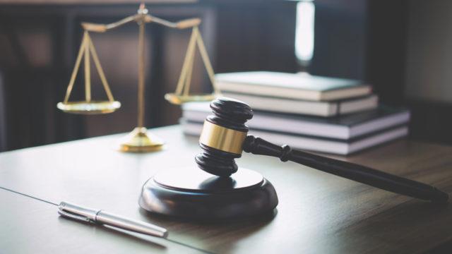 Velallinen käy oikeustaistelua perintäyhtiöitä vastaan kolmessa oikeusasteessa.