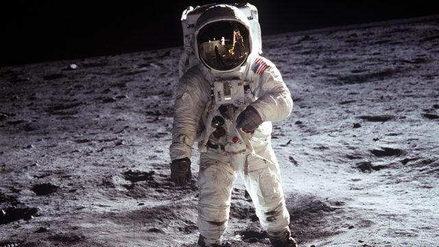 Salaliittoteorioitsijoita on askarruttanut muun muassa se, miksi Buzz Aldrinin ja muiden astronauttien kengänjäljet näkyvät niin selvästi Kuun pinnalla.
