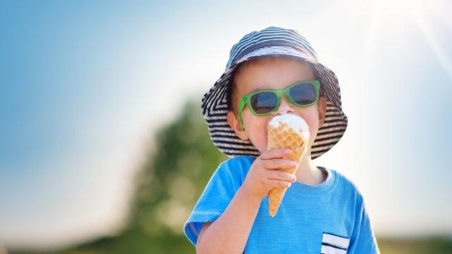 Hattu ja aurinkolasit suojaavat niin lapset kuin aikuisetkin auringolta.