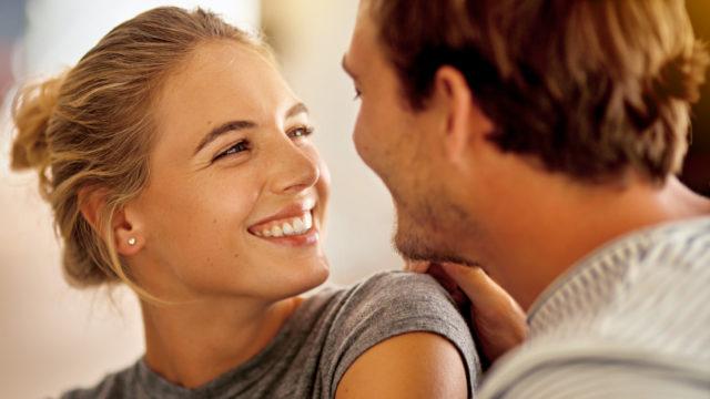 Moni suomalainen pitää katsetta ja hymyä seksikkäinä.
