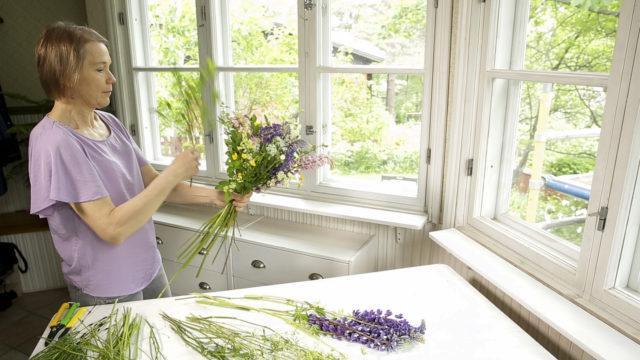 Toimittaja Eeva Tala näyttää helpot niksit, miten sidot luonnonkukista näyttävän kimpun.