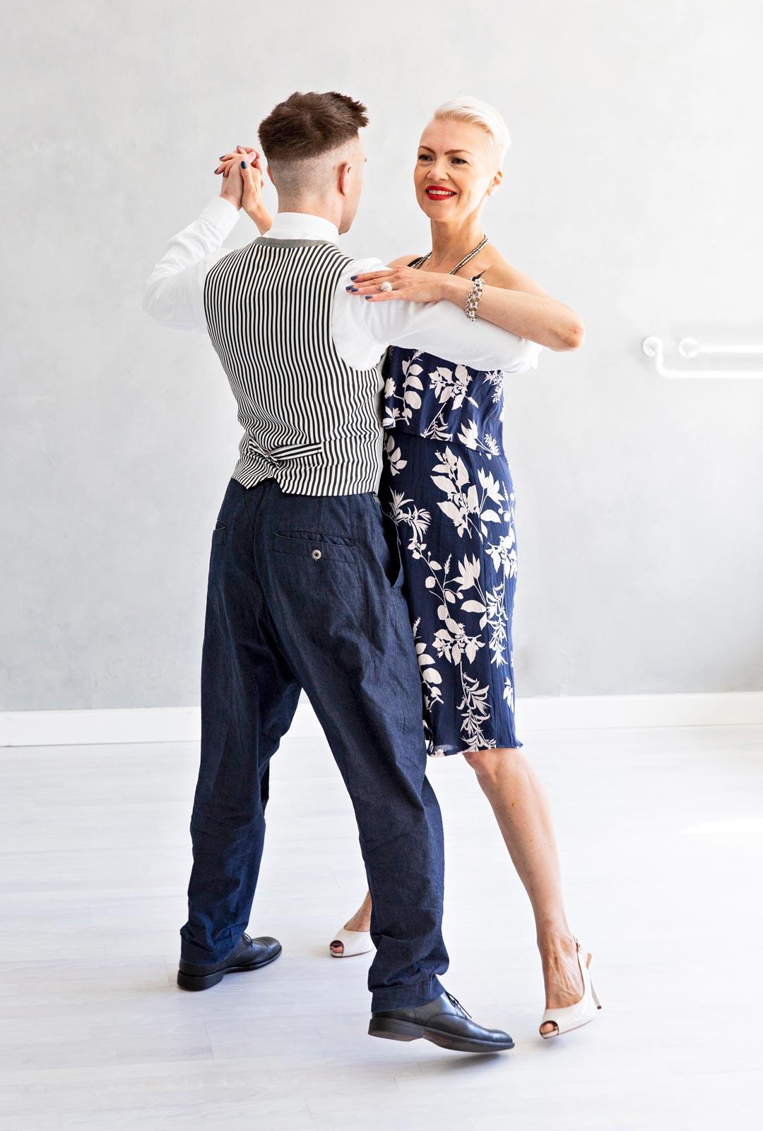 Kolmas tanssiaskel, tango
