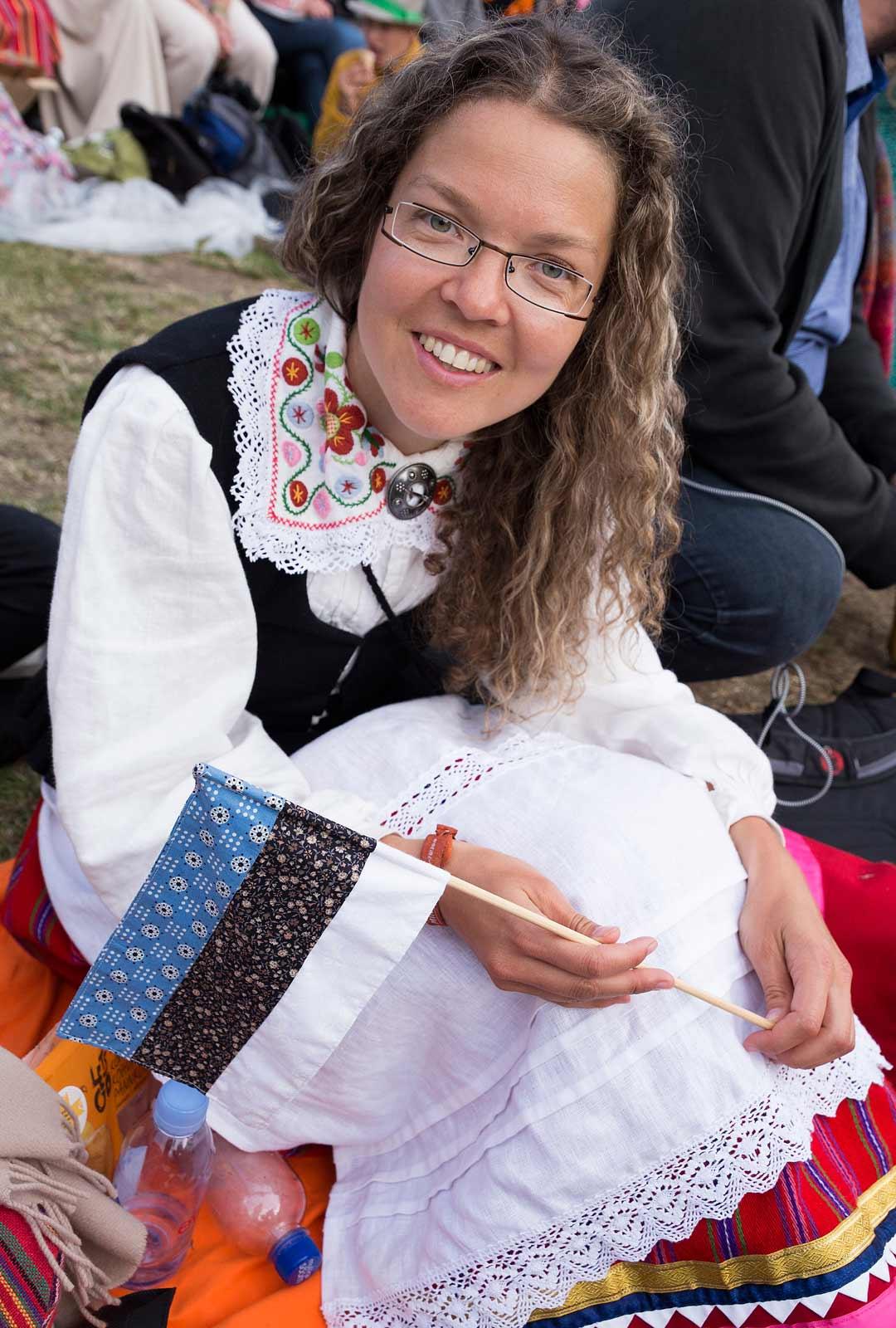 Virolaiset pukeutuivat kansallispukuihin