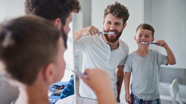 Lapset tarvitsevat aikuisen apua, jotta hampaat puhdistuvat kunnolla.
