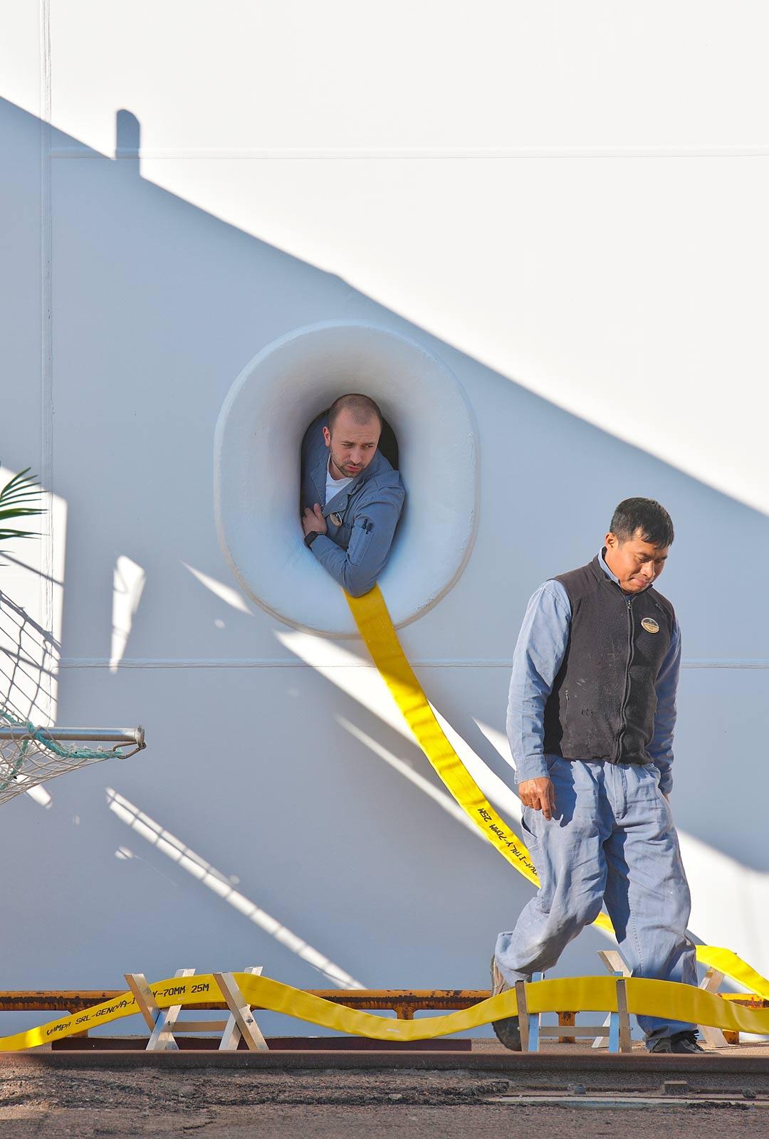 Laivan huoltoa satamassa