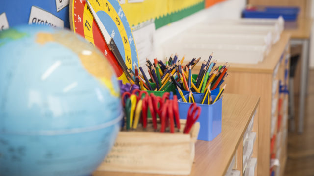 Ala-asteen luokat ovat täynnä värikkäitä koulutarvikkeita.