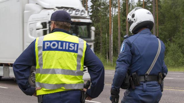 Poliisit valvovat liikennettä.