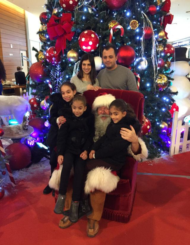 Pakkanen Joulupukkina kyproslaisessa ostosparatiisissa joulukuussa 2017.