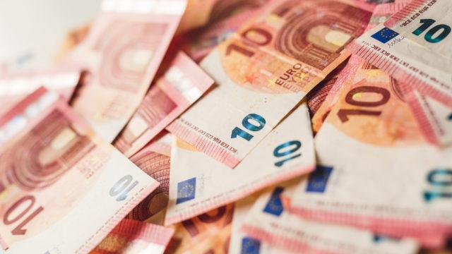 Minimipalkaksi esitetään 10 euroa.