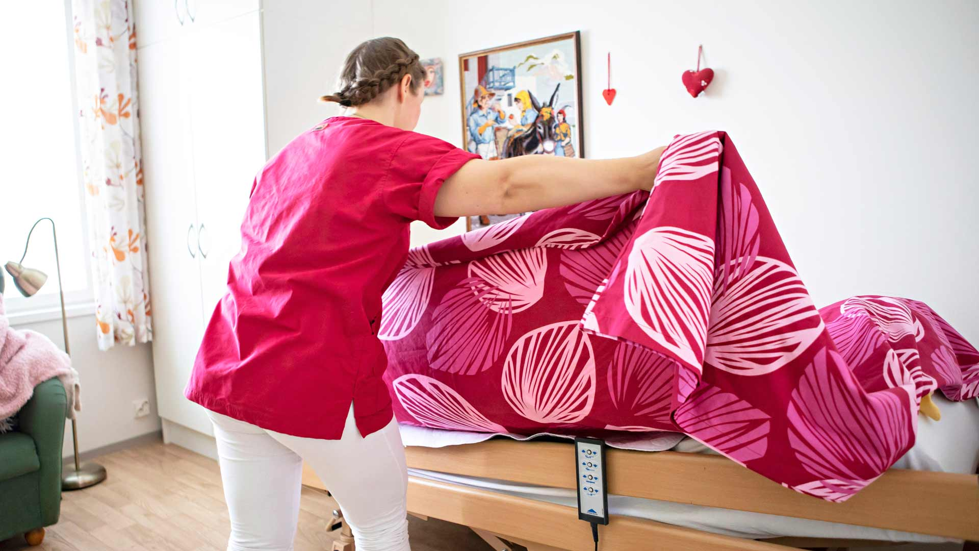 Lähihoitaja avustamassa potilasta