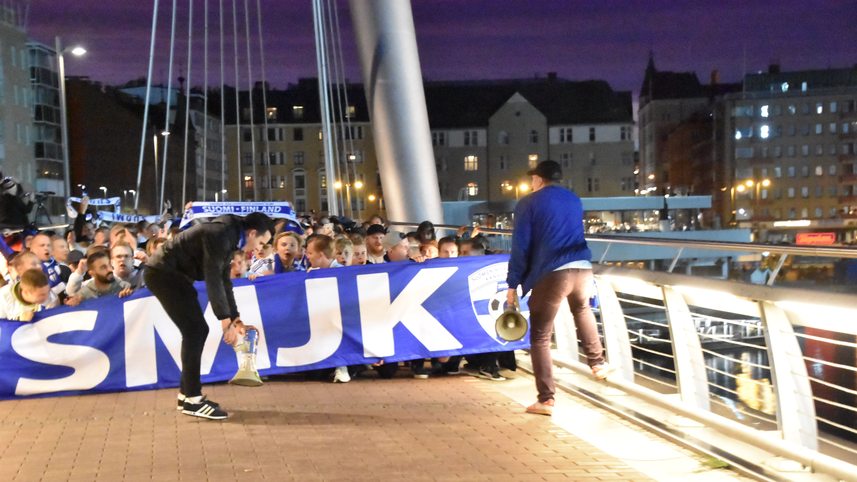 SMJK:n johtama fanikulkue marssi Tampereen keskustasta Ratinan stadionille.