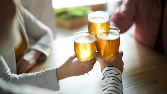 Joka viides yli 65-vuotias juo liikaa alkoholia. Tämä lisää muistisairauden riskiä.