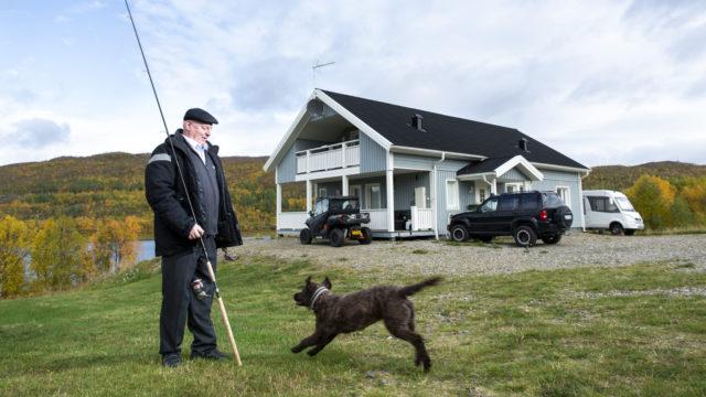 Rainer Leskinen ja hänen koiransa Lulu kotipihallaan Nuorgamissa.